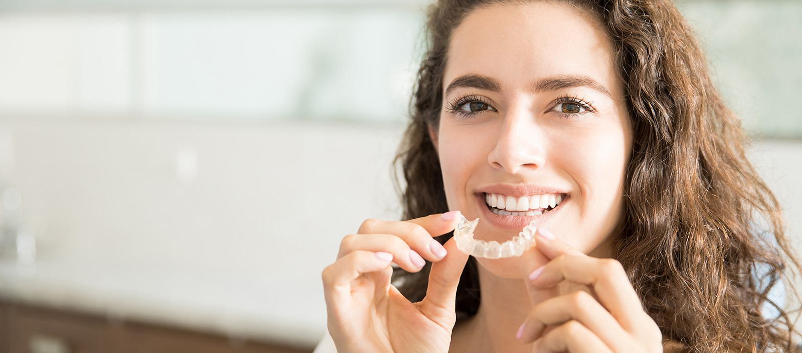 Patient-mit-durchsichtiger-Zahnspange